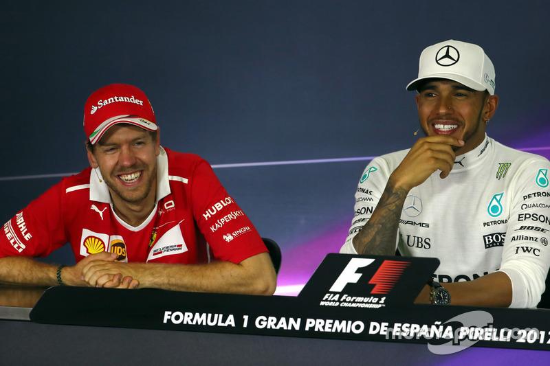 Ganador de la carrera Lewis Hamilton, Mercedes AMG F1, y el segundo lugar Sebastian Vettel, Ferrari en la conferencia de prensa