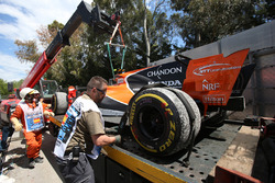 Temporada 2017 F1-spanish-gp-2017-the-car-of-race-retiree-stoffel-vandoorne-mclaren-mcl32-is-recovered