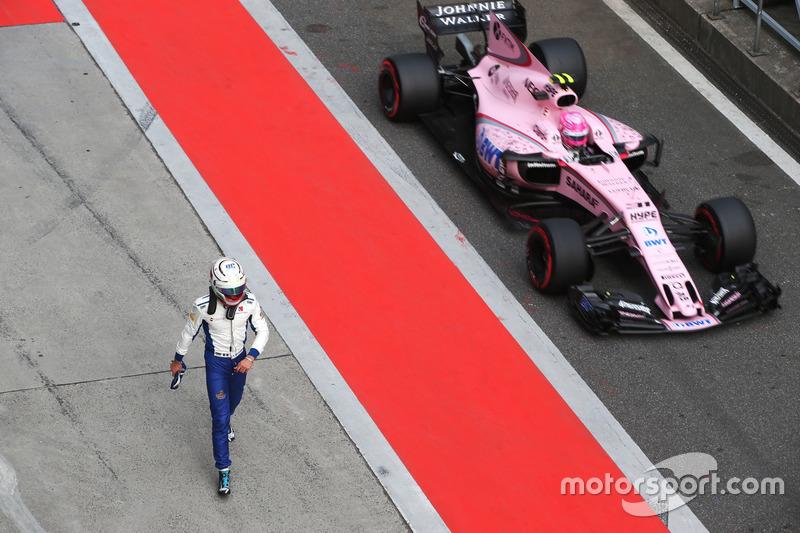 Антоніо Джовінацці, Sauber C36, Естебан Окон, Force India VJM10, після аварії