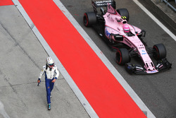 Antonio Giovinazzi, Sauber C36 y Esteban Ocon, Force India VJM10