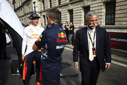 Chase Carey, CEO, Formula One ve Max Verstappen, Red Bull