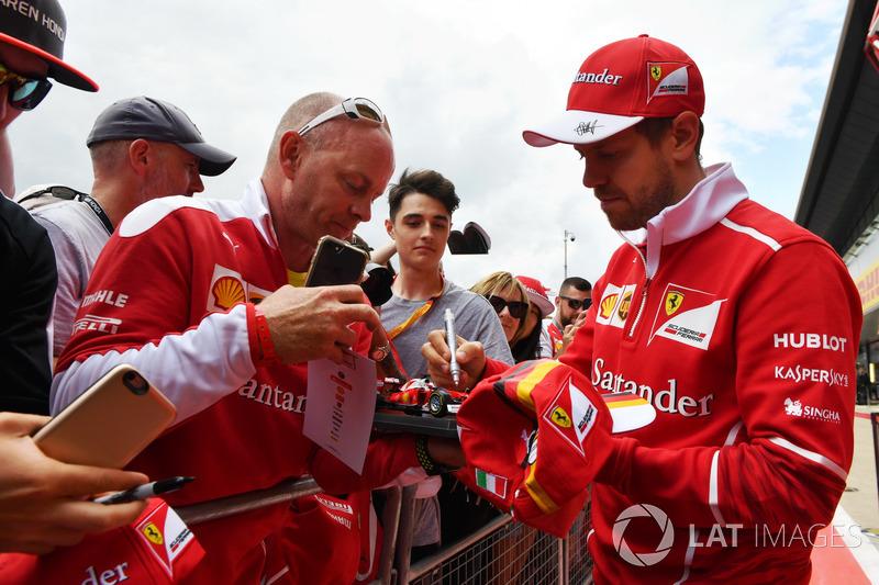 Себастьян Феттель, Ferrari, роздає автографи