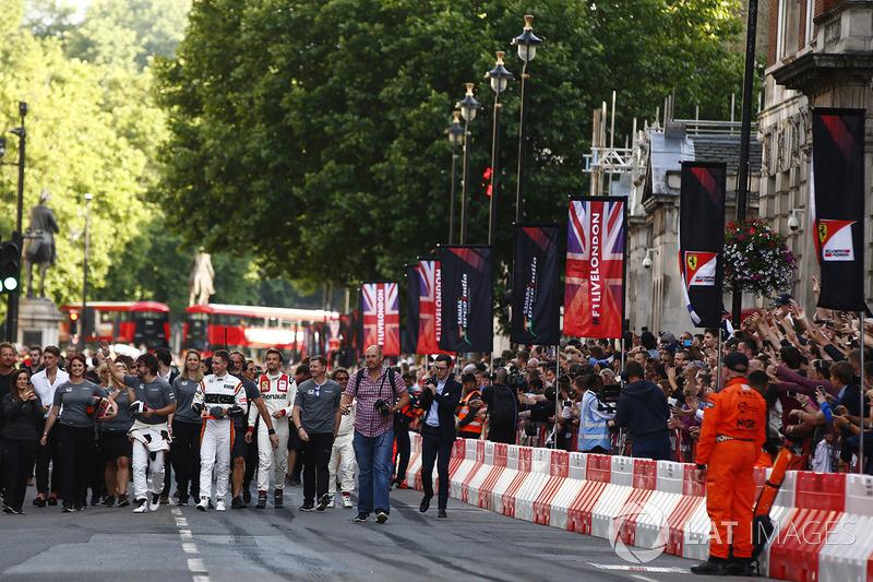 Фернандо Алонсо (McLaren), Стоффель Вандорн (McLaren) і Джоліон Палмер (Renault Sport F1 Team)