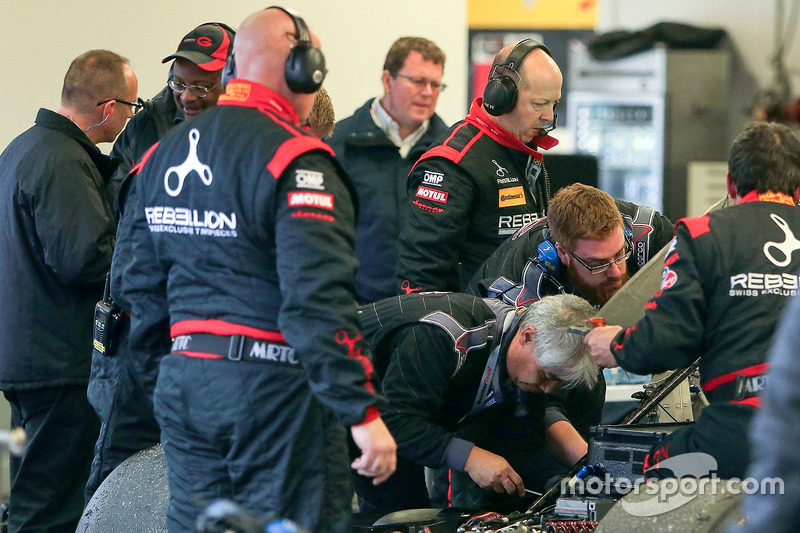 #13 Rebellion Racing ORECA 07: Neel Jani, Sébastien Buemi, Stéphane Sarrazin, Nick Heidfeld, wordt gerepareerd