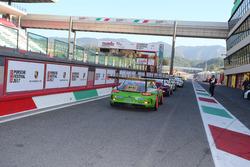 Le Porsche 911 GT3 Cup lasciano la pit lane