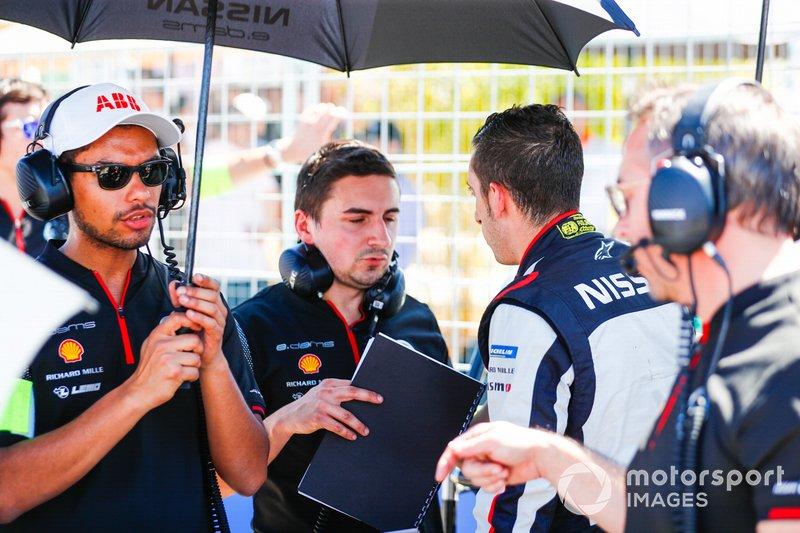 Sébastien Buemi, Nissan e.Dams, parla con un membro del team, in griglia di partenza