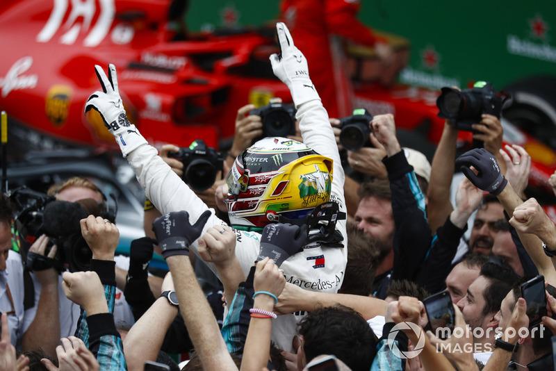 Lewis Hamilton, Mercedes AMG F1, festeggia la vittoria nel parco chiuso