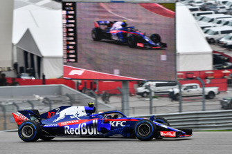 Pierre Gasly, Toro Rosso STR13 on track and on screen