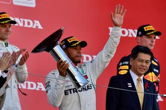 Lewis Hamilton, Mercedes AMG F1, fête sa victoire avec le trophée sur le podium