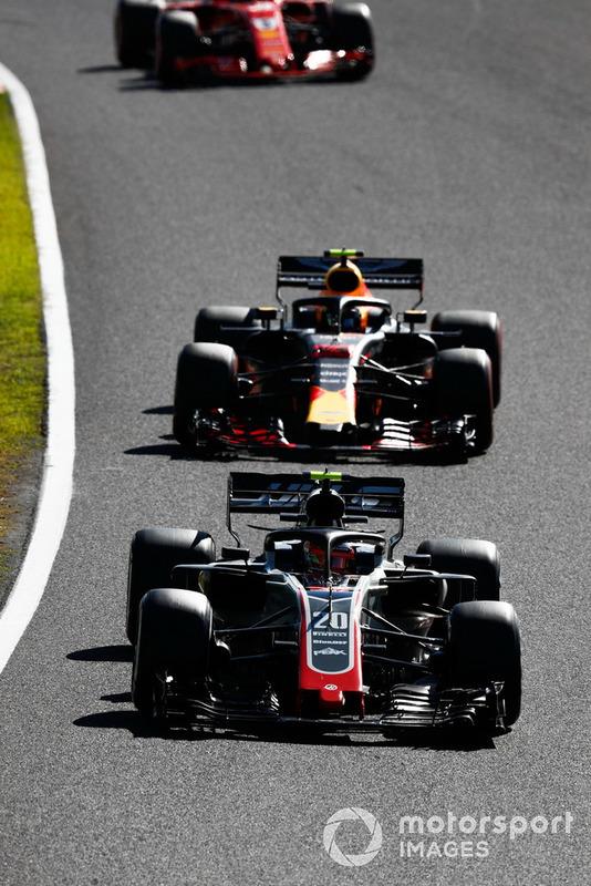 Kevin Magnussen, Haas F1 Team VF-18, precede Max Verstappen, Red Bull Racing RB14