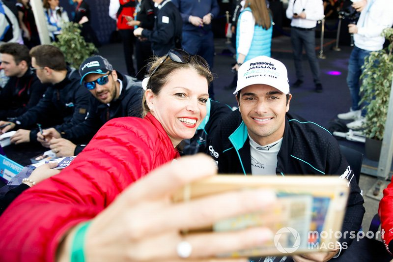 Nelson Piquet Jr., Jaguar Racing, con fans