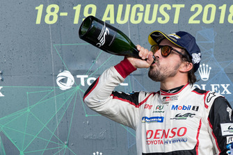 Podium: race winner #8 Toyota Gazoo Racing Toyota TS050: Fernando Alonso