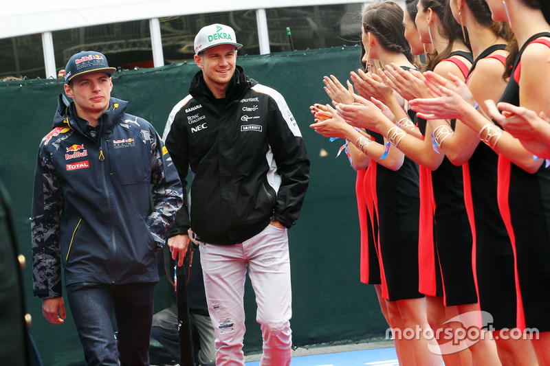 (Зліва направо): Макс Ферстаппен, Red Bull Racing та Ніко Росберг, Sahara Force India F1 на параді пілотів