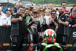 Tom Sykes, Kawasaki Racing Team, celebra su victoria en la carrera 1