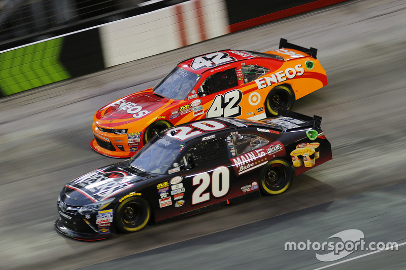 Kyle Larson, Chip Ganassi Racing Chevrolet, Erik Jones, Joe Gibbs Racing Toyota