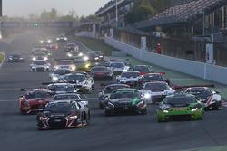Start: #33 Belgian Audi Club Team WRT, Audi R8 LMS: Enzo Ide, Robin Frijns, führt