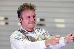 Переможець гонки Ніко Росберг, Mercedes AMG F1, святкує в закритому парку