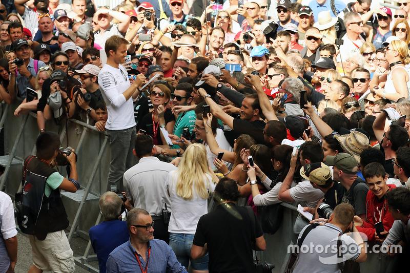 Nico Rosberg, Mercedes AMG F1 firma autografi ai tifosi