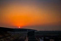 غروب الشمس فوق حلبة شنغهاي