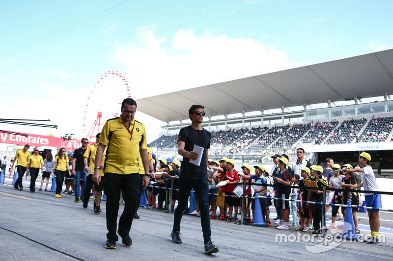 Jolyon Palmer, Renault Sport F1 Team walks the circuit walks the circuit with the team Julien Simon-Chautemps, Renault Sport F1 Team Race Engineer