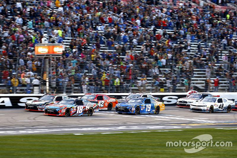 Race action, Kyle Busch, Joe Gibbs Racing Toyota leads