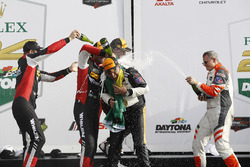 #5 Action Express Racing Cadillac DPi, P: Жоао Барбоза, Крістіан Фіттіпальді, Філіпе Альбукерк, подіум, шампанське