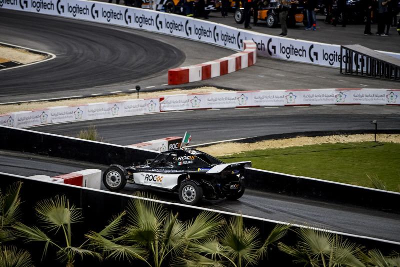 Memo Rojas del equipo de México manejando el ROC Car