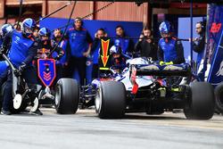 Pierre Gasly, Scuderia Toro Rosso STR13 pitstop