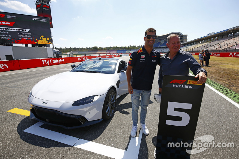 Daniel Ricciardo, Red Bull Racing, e Martin Brundle posano con una Pirelli Hot laps Aston Martin DB11