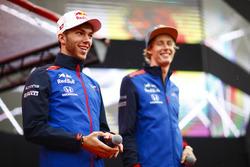 Гонщики Scuderia Toro Rosso Пьер Гасли и Брендон Хартли