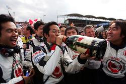 Il team Honda festeggia con lo Champagne
