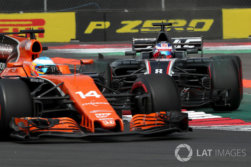 Fernando Alonso, McLaren MCL32 y Romain Grosjean, Haas F1 Team VF-17