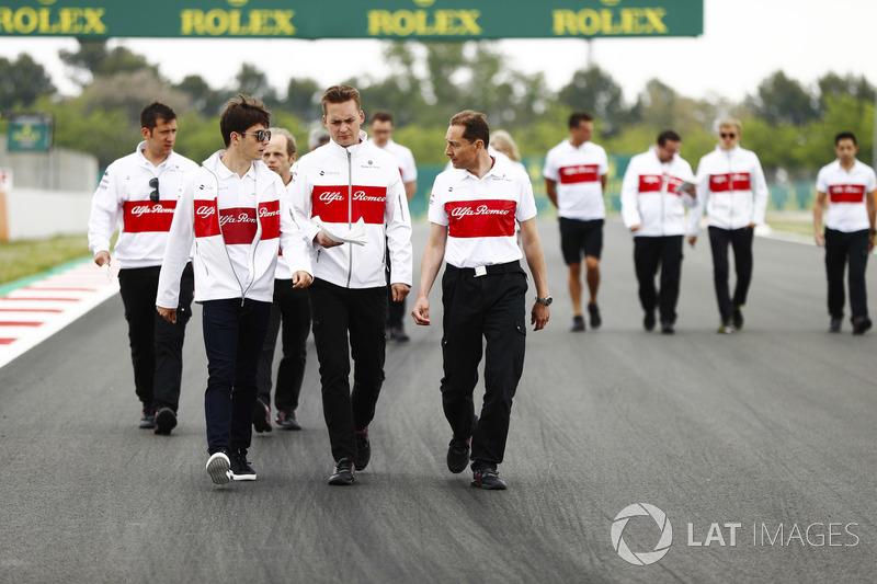 Charles Leclerc, Sauber, recorre el circuito con sus colegas, incluido Marcus Ericsson, Sauber