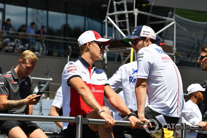 Marcus Ericsson, Sauber and Sergio Perez, Force India on the drivers parade