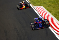 Pierre Gasly, Toro Rosso STR13, devant Daniel Ricciardo, Red Bull Racing RB14