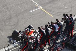 Il vincitore della gara Daniel Ricciardo, Red Bull Racing RB14 Tag Heuer, prende gli applausi del suo team alla fine della gara
