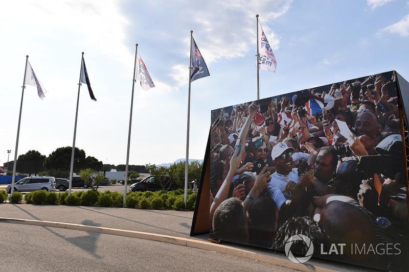 Banderas y Lewis Hamilton, Mercedes-AMG F1 imagen