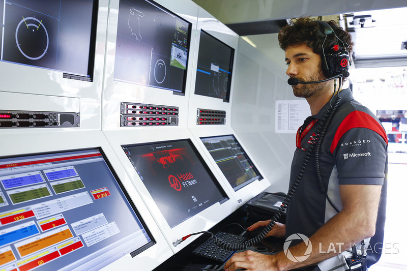 Miembro del equipo de Haas F1 Team en la pared de pits
