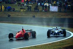Michael Schumacher, Ferrari F310 e Jacques Villeneuve, Williams FW18 Renault