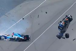 Crash: Scott Dixon, Chip Ganassi Racing, Honda;, Jay Howard, Schmidt Peterson Motorsports, Honda (Screenshot)