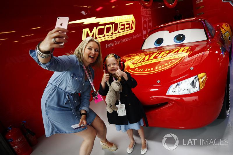 Fans se toman fotos con Rayo McQueen de Cars 3 en su garaje