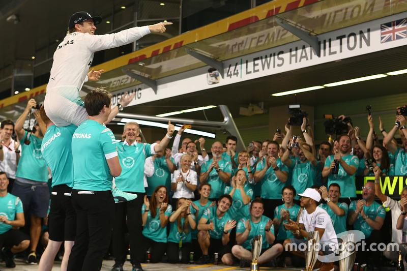 Nico Rosberg, de Mercedes AMG F1 celebra su campeonato del mundo con sus amigos y el equipo