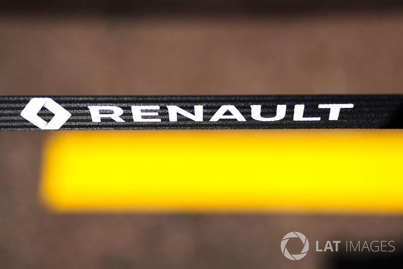 Логотип Renault Sport F1 Team в боксах