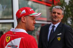 Гонщик Ferrari Себастьян Феттель и руководитель команды Маурицио Арривабене