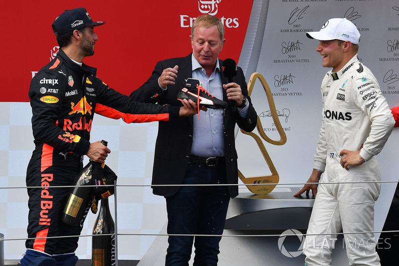 Подиум: победитель Валттери Боттас, Mercedes AMG F1, обладатель третьего места Даниэль Риккардо, Red Bull Racing, и комментатор Sky TV Мартин Брандл