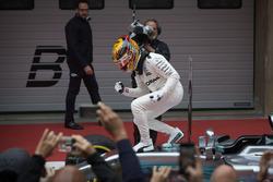 Lewis Hamilton, Mercedes AMG, feiert mit seinem Team im Parc Ferme