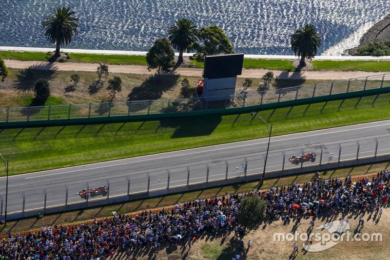 Stoffel Vandoorne, McLaren, MCL32; Daniel Ricciardo, Red Bull Racing, RB13