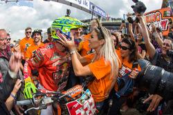 Tony Cairoli, Red  Bull KTM Factory Racing, viert zijn overwinning met het team en zijn vriendin