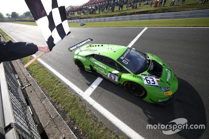 #63 GRT Grasser Racing Team Lamborghini Huracan GT3: Christian Engelhart, Mirko Bortolotti, prende la bandiera a scacchi