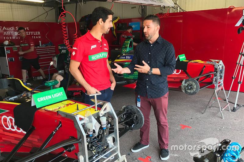 Lucas di Grassi con el presentador Derek DeAngelis